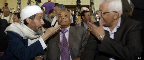 በፎቶው ላይ የሚታዩት ከመሀል መሀመድ ባሲንደዋህ (Mohammed Basindwah) አዲስ የተመሰረተው የተቃዋሚወች ትብብር ፕሬዚደንት፡ በግራ በኩል አብደል ዋሂብ አል አነሲ (Abdul Wahab Al-Anesi) የ እስላማዊው ኢስላህ ፓርቲ (Islah Party) ዋና ጸሀፊ በቀኝ በኩል ደግሞ የየመን ሶሻሊስት ፓርቲ ዋና ጸሀፊ ያሲን ሰኢድ ኑማን (Yasin Said Numan) ናቸው።