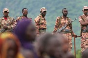 ethiopian-army-soldiers-monitoring-suri-people-during-a-festival-in-kibish-credit-oakland-institute